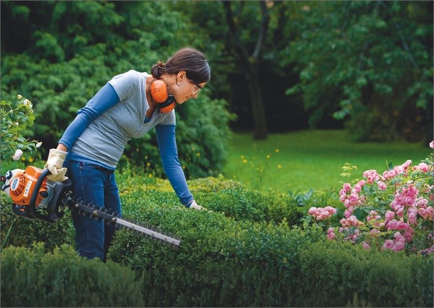 mujer en jardin